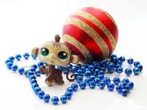 与圣诞节球的逗人喜爱的猴子 库存照片