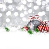 与圣诞节球的银色冬天背景 皇族释放例证