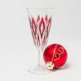 与圣诞节球的香宾玻璃 免版税库存照片
