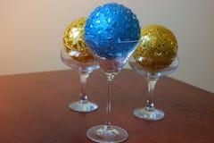 与圣诞节球的玻璃 免版税图库摄影