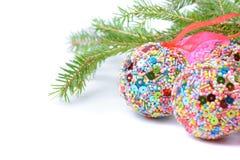 与圣诞节球的绿色云杉 免版税图库摄影