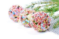 与圣诞节球的绿色云杉 免版税库存图片