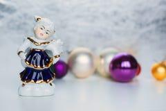 与圣诞节球的Cristmas天使 免版税图库摄影