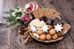 与圣诞节甜点的篮子 库存图片