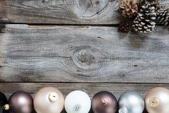 与圣诞节电灯泡的稀稀落落的老木头自然假日 免版税库存图片