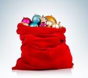 与圣诞节的圣诞老人红色袋子在背景戏弄 免版税库存照片