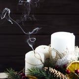 与圣诞节的白色蜡烛缠绕-欢乐装饰 免版税库存图片