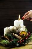 与圣诞节的白色蜡烛缠绕-欢乐装饰 库存图片