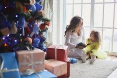 与圣诞节礼品的愉快的系列 免版税库存照片