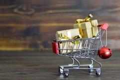 与圣诞节礼品的购物车 免版税库存图片
