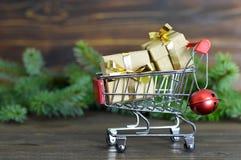 与圣诞节礼品的购物车 库存照片