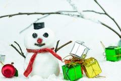 与圣诞节礼品的雪人 免版税库存图片