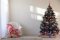 与圣诞节礼物的圣诞树在圣诞节的白霍尔 库存图片