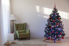 与圣诞节礼物的圣诞树在圣诞节的白霍尔 免版税库存图片