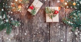与圣诞节礼物的圣诞节背景在与冷杉的木背景分支 免版税库存图片