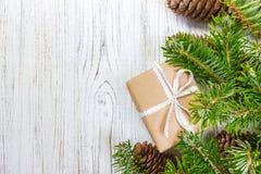 与圣诞节礼物的圣诞节背景在与冷杉的木背景分支 Xmas和新年快乐构成 顶视图 库存照片