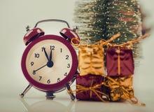 与圣诞节礼物的定时器 图库摄影