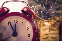 与圣诞节礼物的定时器 免版税图库摄影