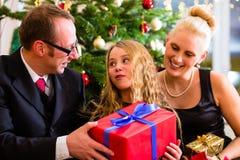 与圣诞节礼物的家庭在节礼日 免版税库存图片