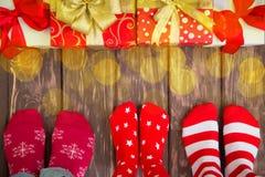 与圣诞节礼物的家庭 免版税库存照片