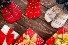 与圣诞节礼物的家庭 免版税库存图片