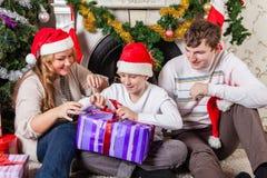 与圣诞节礼物的愉快的家庭。 图库摄影