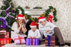 与圣诞节礼物的愉快的家庭。 库存图片