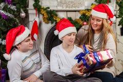 与圣诞节礼物的愉快的家庭。 免版税库存照片