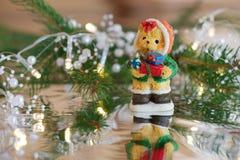 与圣诞节礼物的熊 免版税库存图片