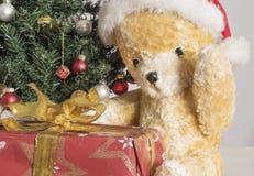 与圣诞节礼物的黄色玩具熊 图库摄影