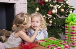 与圣诞节礼物的滑稽的孩子 图库摄影