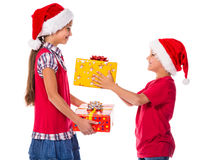 与圣诞节礼物盒的两个孩子 库存图片