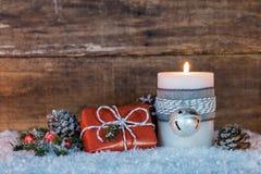 与圣诞节礼物盒的出现蜡烛和杉树分支 库存照片