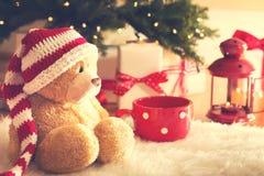 与圣诞节礼物盒的熊在晚上 库存图片