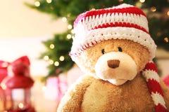与圣诞节礼物盒的熊在晚上 免版税图库摄影