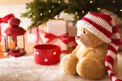 与圣诞节礼物盒的熊在晚上 免版税库存照片