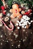 与圣诞节礼物,姜饼人cooki的圣诞节构成 免版税库存图片