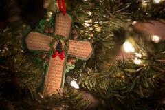 与圣诞节祷告的绿色十字架 免版税库存照片