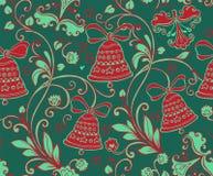 与圣诞节红色响铃的无缝的装饰品在绿色背景 免版税库存图片