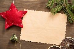 与圣诞节红色星的空的葡萄酒卡片木表面上 库存照片