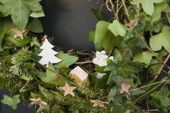 与圣诞节花圈的前门 免版税图库摄影