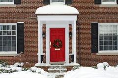 与圣诞节花圈的前门 库存图片