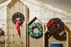与圣诞节花圈的摊位在圣诞节市场上在维尔纽斯 库存图片