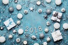 与圣诞节装饰、礼物盒、五彩纸屑和衣服饰物之小金属片的假日框架在葡萄酒蓝色台式视图 平的位置 新年2018年 库存图片
