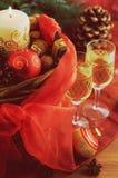 与圣诞节装饰和两块香槟玻璃的篮子 免版税图库摄影