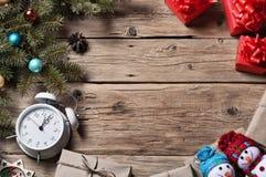 与圣诞节装饰和圣诞节礼物的圣诞树 免版税库存图片