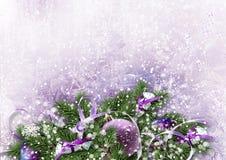 与圣诞节装饰和甜点的冷淡的冬天背景 免版税库存照片
