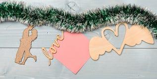 与圣诞节装饰品和白纸笔记木背景的闪亮金属片 快活圣诞节的概念 圣诞节装饰品和 图库摄影