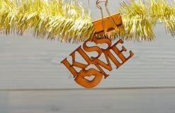 与圣诞节装饰品和白纸笔记木背景的闪亮金属片 E 圣诞节 免版税图库摄影