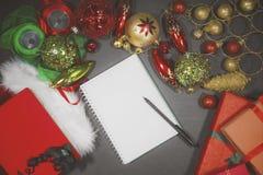 与圣诞节装饰品的空白的书 库存照片